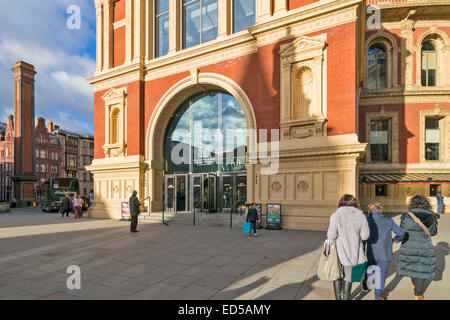 LONDON THE ROYAL ALBERT HALL AND ENTRANCE WITH VISITORS KENSINGTON GORE - Stock Photo