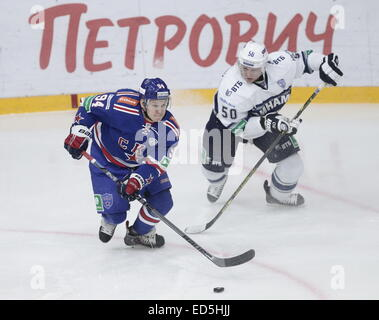 St. Petersburg, Russia. 28th Dec, 2014. SKA's Alexander Baranov (L) and Dynamo's Maxim Solovyov in a KHL game SKA - Stock Photo