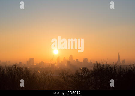 London UK, 29th December 2014. UK weather. The view at sunrise from Parliament Hill as London wakes to a beautiful - Stock Photo