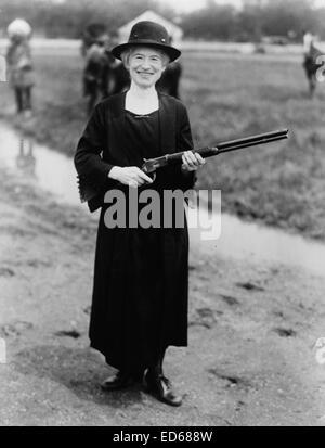Annie Oakley, with gun Buffalo Bill gave her, 1922