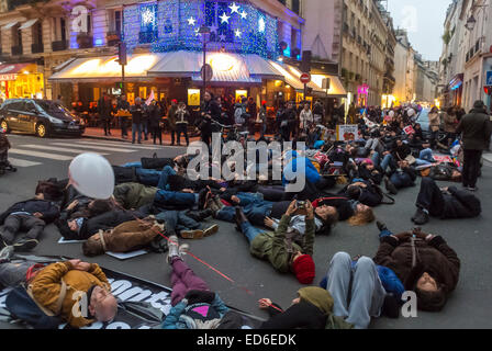 Paris, France, Act Up-Paris AIDS Activists, December 1,'World AIDS Day' Demonstration, on Street, 'Flash Mob', Die - Stock Photo