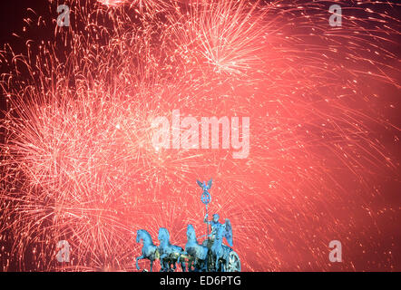 (FILE) - An archive picture dated 01 January 2014 shows a fireworks display being set off at Brandenburg Gate in - Stock Photo