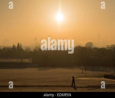 London, UK. 30th December, 2014. UK weather. View at sunrise from Parliament Hill as London wakes to another crisp - Stock Photo
