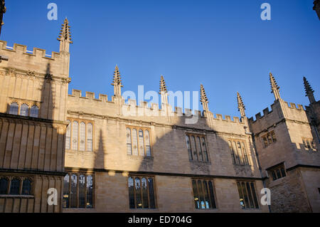 Building architecture and Radcliffe Camera shadow in Schools Quadrangle, Bodleian Library, Oxford, England - Stock Photo