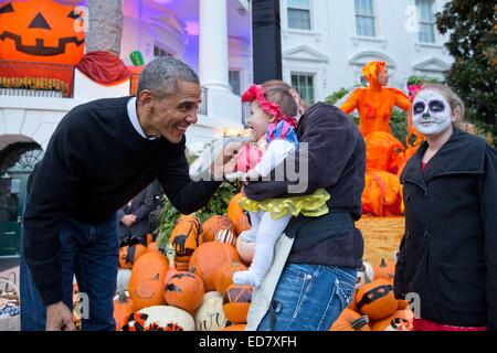 US President Barack Obama greets costumed youngsters while handing out Halloween treats to local children and children - Stock Photo