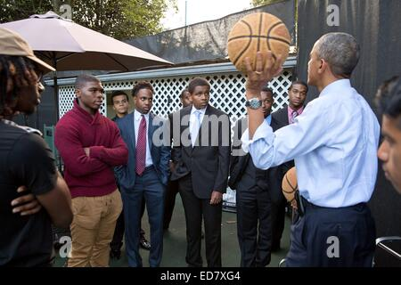 US President Barack Obama speaks to a group of mentees on the basketball court on the South Lawn of the White House - Stock Photo