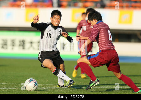 Komazawa Olympic Park Stadium, Tokyo, Japan. 31st Dec, 2014. (L-R) Koihi Murata (Nissho Gakuen), Yutaro Fujisawa (Araya), DECEMBER 31, 2014 - Football /Soccer : The 93rd All Japan High School Soccer Tournament 1st Round match between Araya 0-2 Nissho Gakuen at Komazawa Olympic Park Stadium, Tokyo, Japan. © Shingo Ito/AFLO SPORT/Alamy Live News