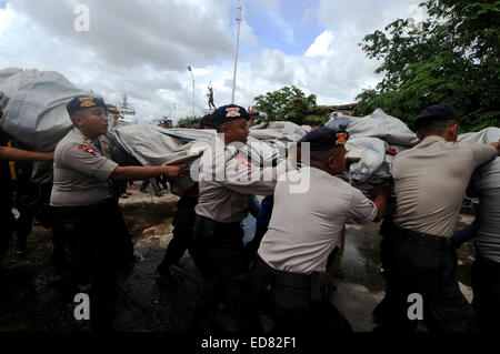 Pangkalan Bun, Indonesia. 1st Jan, 2015. Indonesian police officers move the debris of AirAsia Flight QZ8501 found - Stock Photo