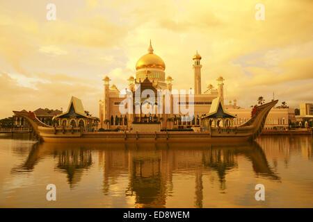 Sunset on the Sultan Omar Ali Saifuddien Mosque, an Islamic mosque located in Bandar Seri Begawan, Brunei. - Stock Photo