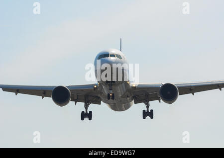 A passenger plane coming in to land at Itami Airport in Osaka, Japan. - Stock Photo