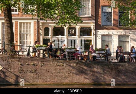 Restaurant De Belhamel on the Brouwersgracht Canal alfresco dining outdoor terrace overlooking the Herengracht Amsterdam - Stock Photo