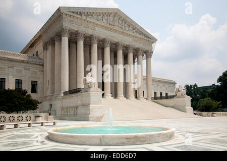 Supreme Court Building,Washington DC from the side looking over the fountain - Stock Photo