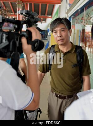 Jakarta, Indonesia. 6th Jan, 2015. Mao Yanfeng, an expert of the Civil Aviation Administration of China, talks to - Stock Photo