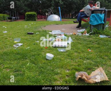 Schmutz und Dreck liegen auf einer Wiese auf einem Spielplatzgelände unweit vom Potsdamer Platz in Berlin im Bezirk - Stock Photo