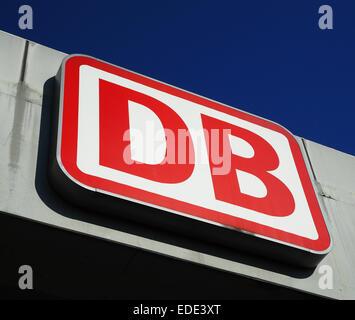 Das Logo der Deutschen Bahn ist auf einem Schild in Berlin am Bahnhof Südkreuz am 22.05.2014 vor einem blauen Himmel - Stock Photo