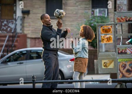 ANNIE (2014) JAMIE FOXX, QUVENZHANE WALLIS WILL GLUCK (DIR) MOVIESTORE COLLECTION LTD - Stock Photo
