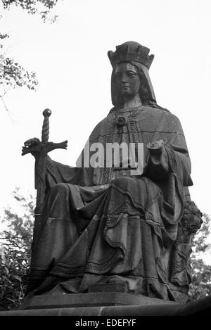 Black and white image of the statue of Queen Victoria which was situated in the Botanical Gardens Sheffield until - Stock Photo
