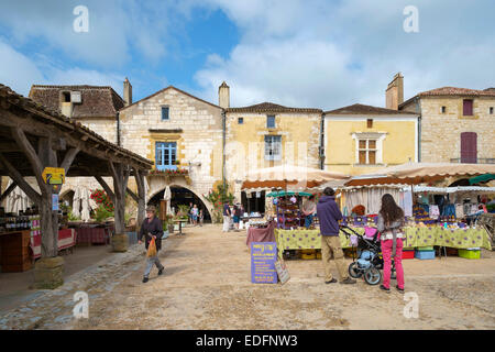 Weekly farmer's market in bastide town of Monpazier - Stock Photo