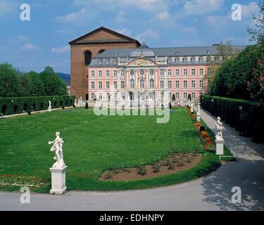 UNESCO Weltkulturerbe, Konstantinbasilika und Kurfuerstliches Palais mit Palastgarten in Trier, Mosel, Rheinland - Stock Photo