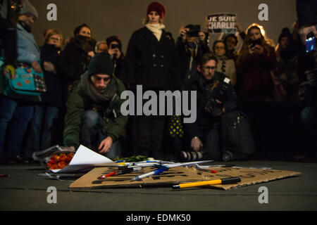 London, UK. 7th January, 2015. Londoners gather in Trafalgar Square to honour the Charlie Hebdo victims Credit: - Stock Photo