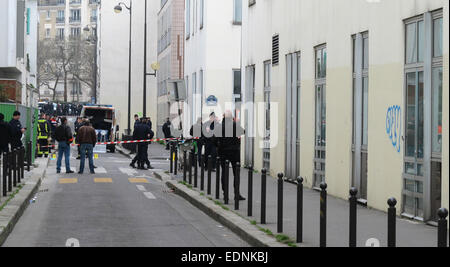 Paris, France. 07th Jan, 2015. Police officers stand on a cordoned-off street near the scene of the attack on the - Stock Photo