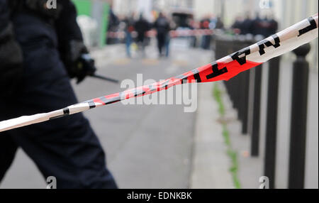 Paris, France. 07th Jan, 2015. A police officer stands on a cordoned-off street near the scene of the attack on - Stock Photo