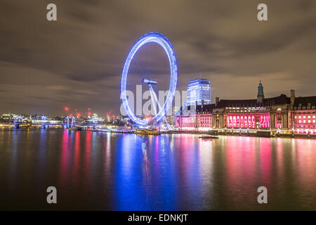 Photography by Roy Riley 0781 6547063 roy@royriley.co.uk  The London Eye at night with reflection and traffic streaks. - Stock Photo