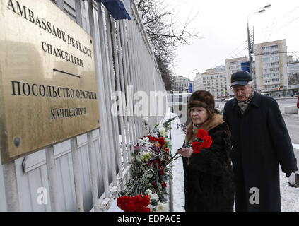 Moscow, Russia. 8th Jan, 2015. People leave flowers outside the embassy of France in Moscow for the victims of the - Stock Photo