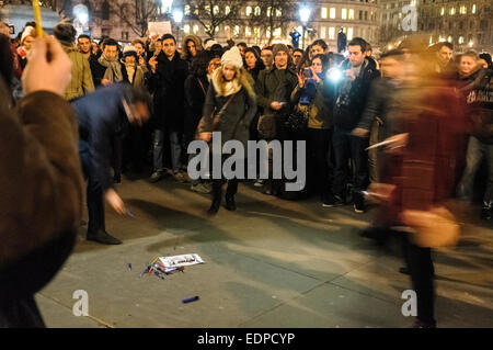 London, UK. 7th January, 2015.  People gathered in Trafalgar Square to show their support to the victims of the - Stock Photo