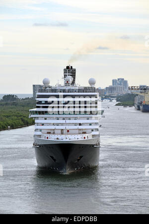 Modern ocean liner leaving Fort Lauderdale front view - Stock Photo