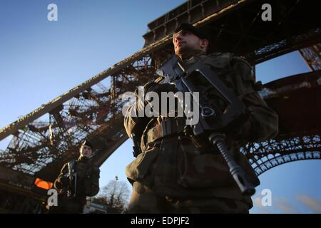 Paris, France. 8th Jan, 2015. Heavily armored soldiers guard the Eiffel Tower in Paris, France, 8 January 2015. - Stock Photo