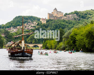A tourist boat, in French called 'gabare', left, together with kayaks and canoes on the river Dordogne at Castelnaud - Stock Photo