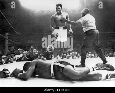 """25.05.1965. Lewiston, Maine, USA. Challenger Muhammad Ali (also known as Cassius Clay) knocks out Charles """"Sonny"""" - Stock Photo"""