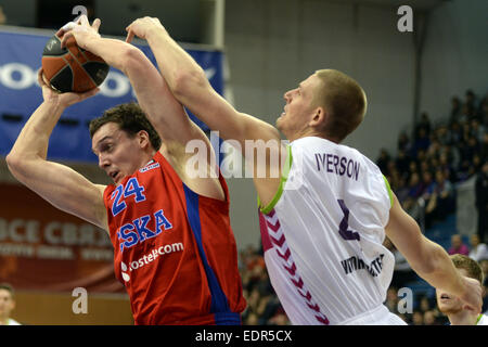 Moscow, Russia. 8th Jan, 2015. Sasha Kaun (L) of Russia's CSKA Moscow vies with Colton Iverson of Spain's Laboral - Stock Photo
