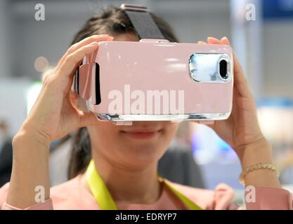 Las Vegas, Nevada, USA. 08th Jan, 2015. A woman looks into the '3D Virtual Reality Headset' from 'Gadmei' at CES - Stock Photo