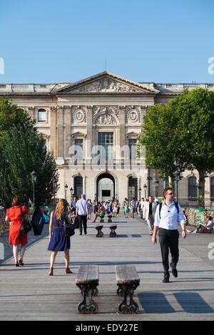 France, Paris, view across the Pont des Arts bridge towards the Cour Carrée (the 'Old Louvre'). - Stock Photo