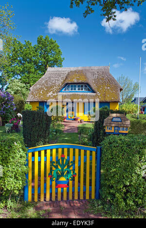 Garden entrance, colourful thatched house and a miniature replica of the house as a mailbox, Born auf dem Darß, - Stock Photo