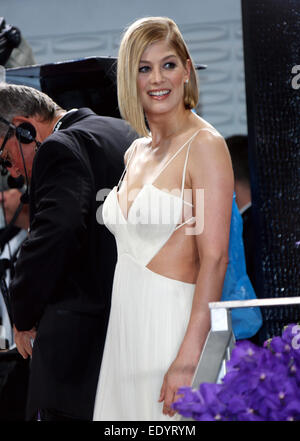 Beverly Hills, California, USA. 11th Jan, 2015. British actress Rosamund Pike arrives for the 72nd Annual Golden - Stock Photo