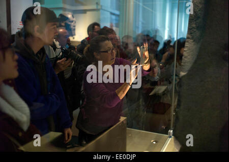British Museum. Visitors look at the Rosseta Stone. January 2015 The Rosetta Stone is a granodiorite stele inscribed - Stock Photo
