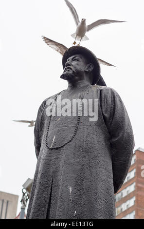 Statue of Lin Ze Xu 1785-1850 with seagulls. Pioneer in the war against drugs is commemorated with a bronze statue - Stock Photo