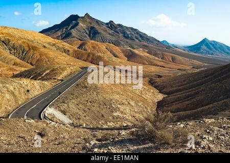 View to Mount Cardon and Pico de la Zarza beyond en route from La Pared to Pajara, Cardon, Fuerteventura, Canary - Stock Photo