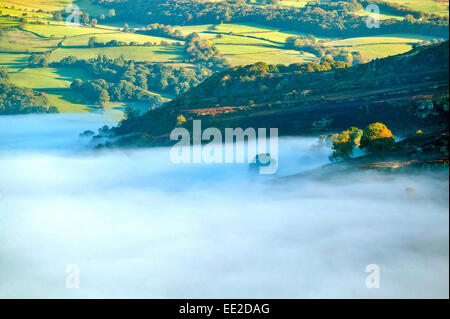 AUTUMNAL MIST OVER THE WYE VALLEY AND RIVER NEAR BUILTH WELLS POWYS - Stock Photo