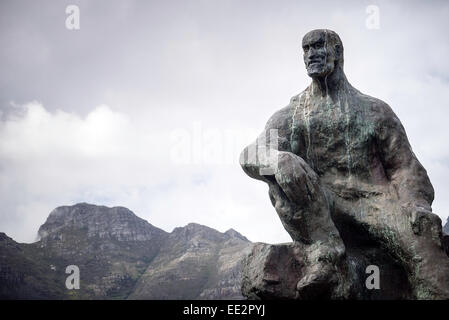 The statue of Jan Smuts in The Company's Garden, Cape Town, South Africa, with Table Mountain in the background. - Stock Photo