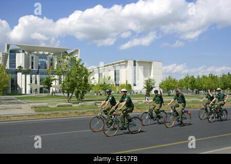 Deutschland, Berlin, Europa, Hauptstadt, Stadt, Sehenswuerdigkeit, Polizei, Polizisten, Fahrrad, freundlich, winkend, - Stock Photo
