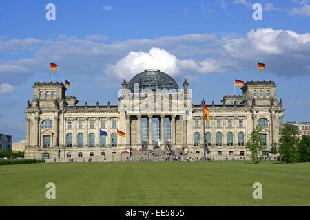 Deutschland, Berlin, Europa, Hauptstadt, Stadt, Sehenswuerdigkeit, Reichstagsgebaeude, Nationalflaggen, Besucher, - Stock Photo