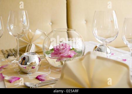Tisch, gedeckt, festlich, Detail, Tischdeko, Tischdekoration, Rose, Rosenblaetter, Glaeser, Weinglas, Wasserglas, - Stock Photo