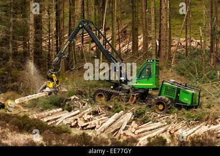 John Deere 1270D Harvester felling timber in a forest in western Scotland.  An example of machinery for harvesting - Stock Photo