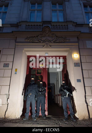 Berlin, Germany. 16th Jan, 2015. Members of a police task force stand in front of an apartment house on Perleberger - Stock Photo