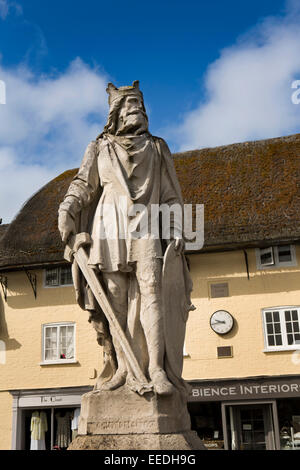 UK, England, Wiltshire, Pewsey, statue of Saxon King Alfred in front of thatched shops - Stock Photo