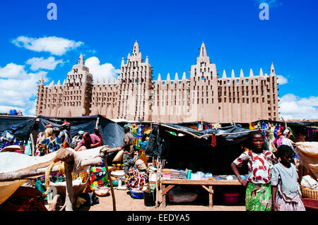 Monday market and the great mosque of Djenne, Mali. - Stock Photo